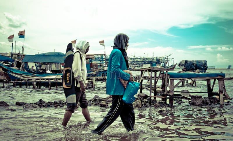 Inunda??o na ?rea do porto de Kali Adem, Jakarta da ?gua do mar imagens de stock royalty free