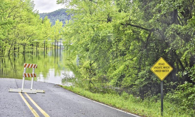 Inundación, agua del lago sobre el camino al sur de Little Rock del norte imagenes de archivo