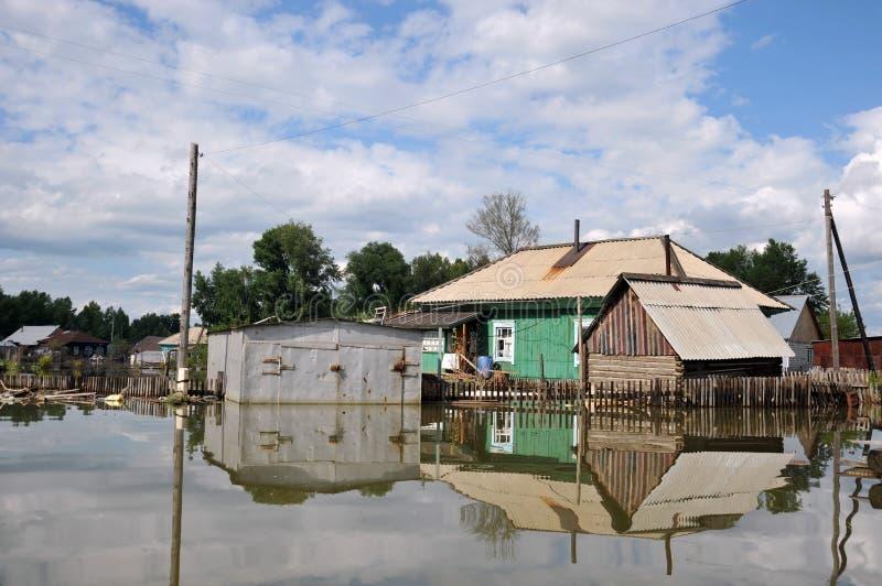 Inundación El río Ob, que emergió de las orillas, inundó las cercanías de la ciudad imágenes de archivo libres de regalías