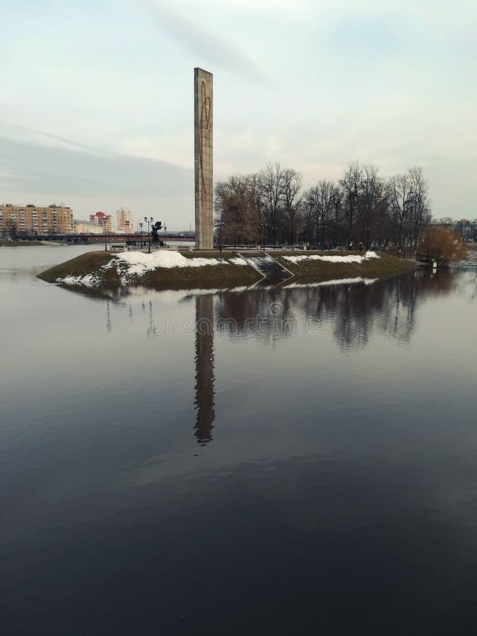 Inundación en la ciudad de Oryol El terraplén entero fue inundado Rusia imagenes de archivo