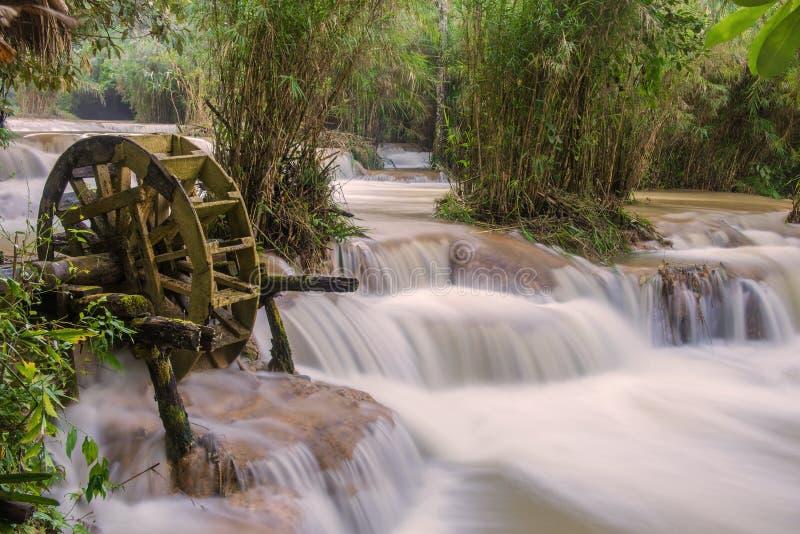 Inundación repentina en cascada en el prabang de Tat Kuang Si Luang, Laos foto de archivo