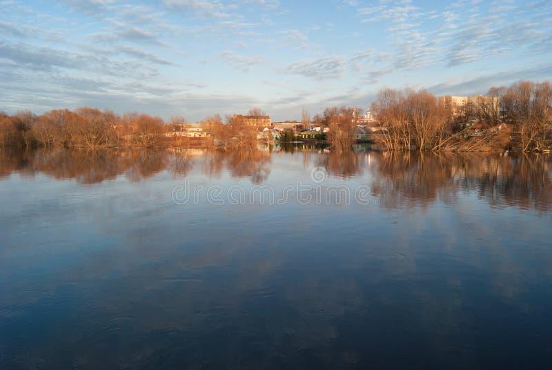 Inundado durante a inundação da mola das casas suburbanas do rio de Hoper Ponto alto na terraplenagem da cidade do córrego do rio fotos de stock royalty free