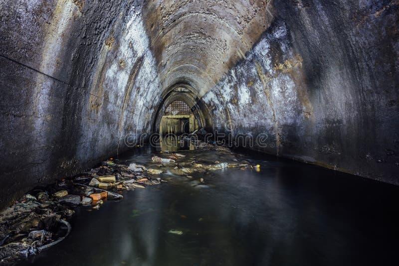 Inundado por el colector de las aguas residuales de las aguas residuales del río subterráneo fotos de archivo libres de regalías
