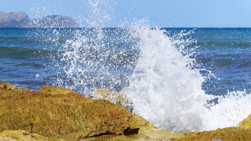 Inundar ondas de la costa de Mallorca imagenes de archivo