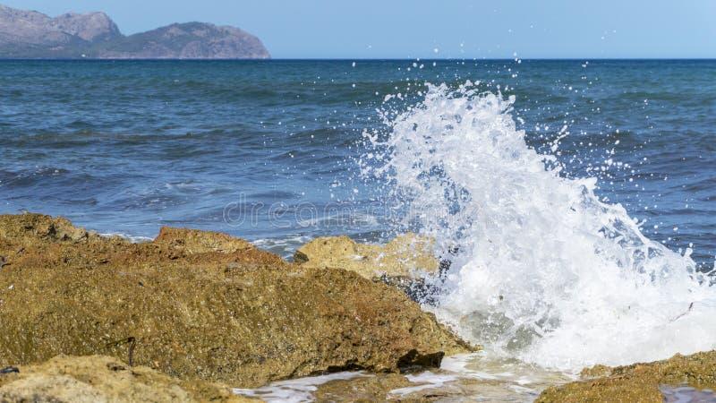 Inundar ondas de la costa de Mallorca fotos de archivo libres de regalías