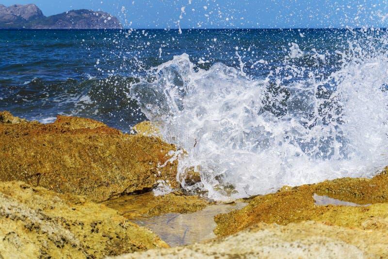 Inundar ondas de la costa de Mallorca fotografía de archivo libre de regalías
