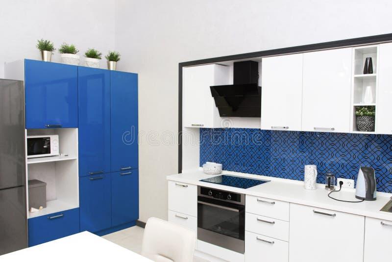 Invändiga kök i ljusblå färger Scandinavian style, color 2020 klassisk blue royaltyfria bilder