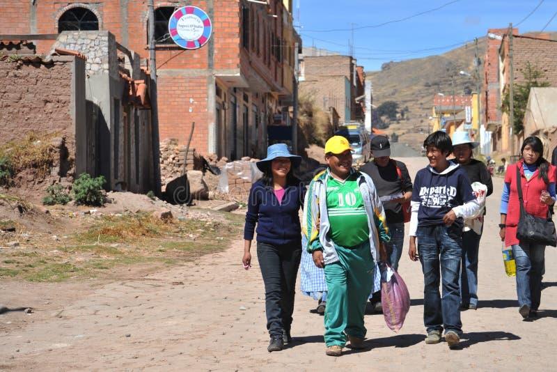 Invånare av staden av Copacabana på sjön Titicaca royaltyfria bilder