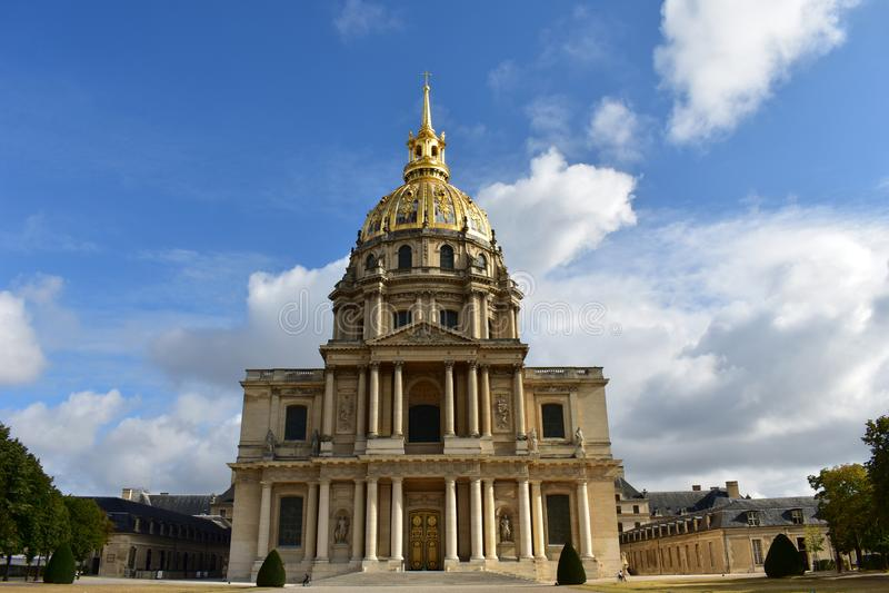 Invalides, Paris, Frankreich Fassadennahaufnahme, -spalten und -golden Dome Grab von Napoleon Bonaparte lizenzfreie stockfotografie