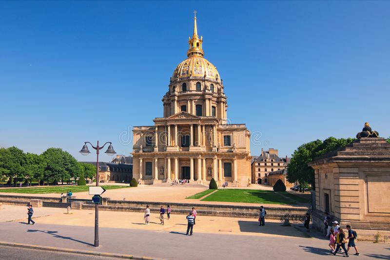 Invalids大教堂在晴朗的春日 著名旅游地方和旅行目的地在巴黎 库存照片