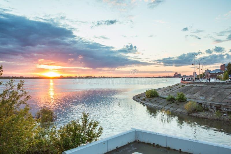 Invallning av den Tomsk staden i sommar Ryssland arkivbild