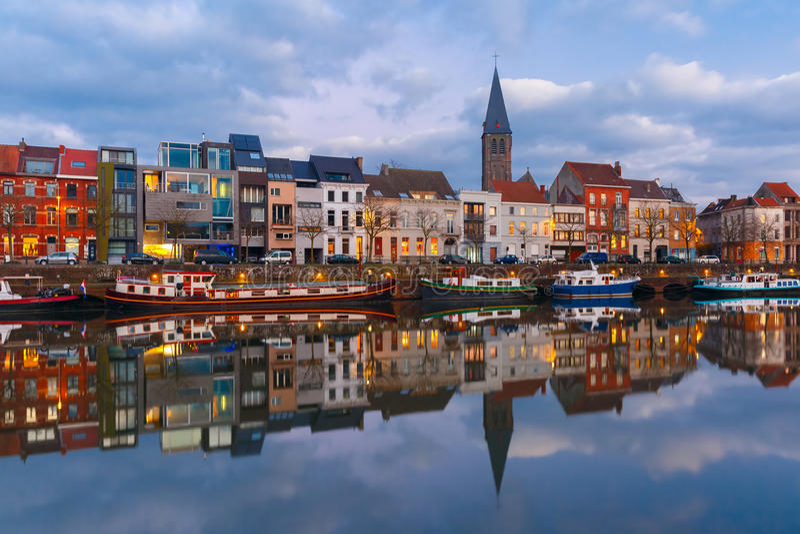 Invallning av floden Leie i den Ghent staden på royaltyfria bilder