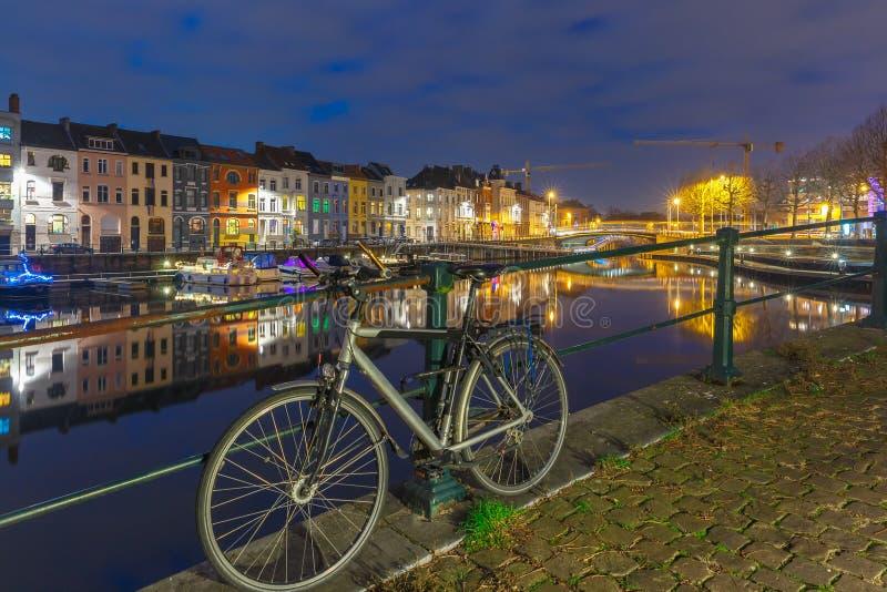 Invallning av floden Leie i den Ghent staden på arkivfoton