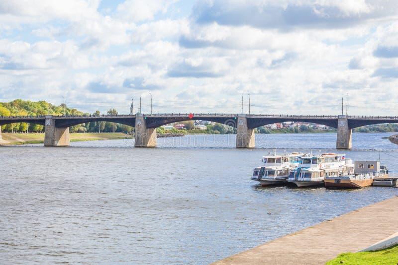 Invallning av floden Volga i Tver, Ryssland Solig dag för höst Nöjefartyg på pir Den nya Volga bron royaltyfria bilder