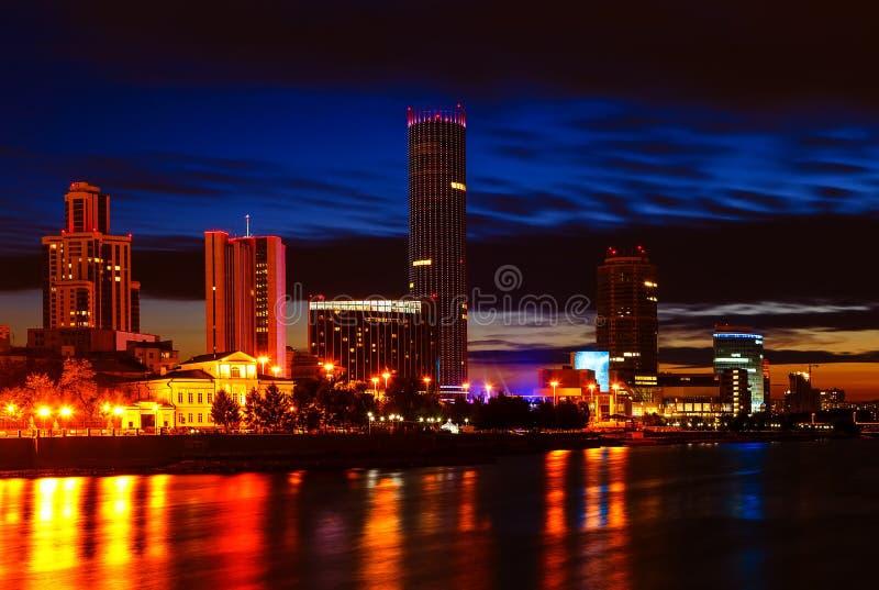 Invallning och damm av det Yekaterinburg centret med kontorsbyggnader arkivfoton