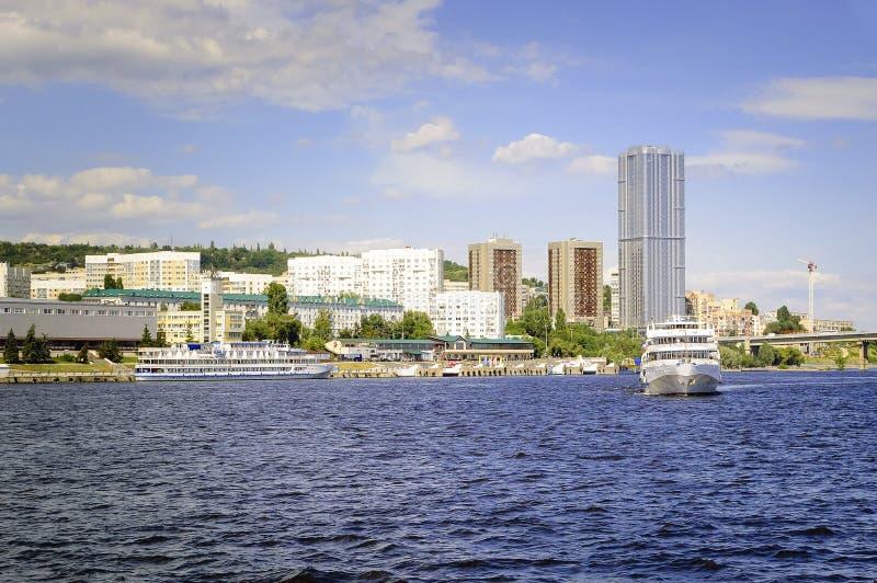 Invallning sikt från Volgaet River till staden av Saratov, Ryssland Härlig sommarcityscape arkivbilder
