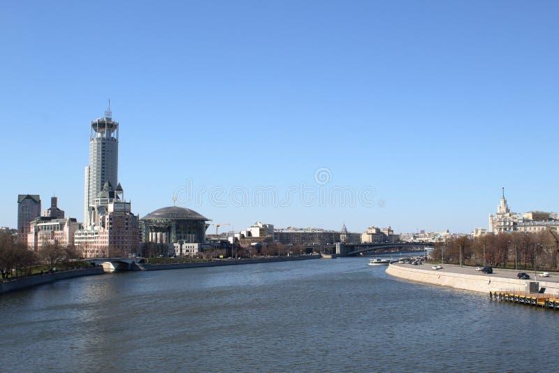 Invallningar av den Moskva floden med sikt av skyskrapor royaltyfri fotografi