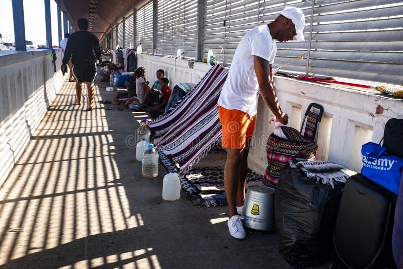 Invandrare på gränsen för USA Mexico arkivfoto