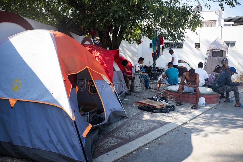 Invandrare på gränsen för USA Mexico royaltyfria bilder