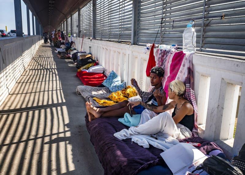 Invandrare på gränsen för USA Mexico royaltyfri fotografi
