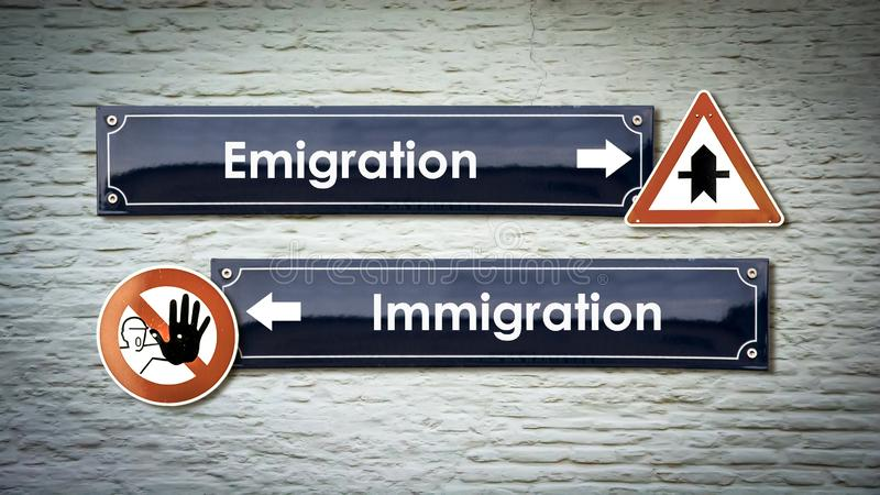 Invandring f?r emigration f?r gatatecken kontra arkivfoto