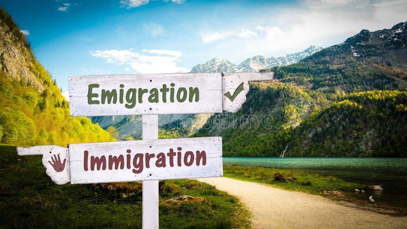 Invandring f?r emigration f?r gatatecken kontra royaltyfri fotografi