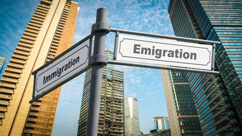 Invandring f?r emigration f?r gatatecken kontra royaltyfria foton