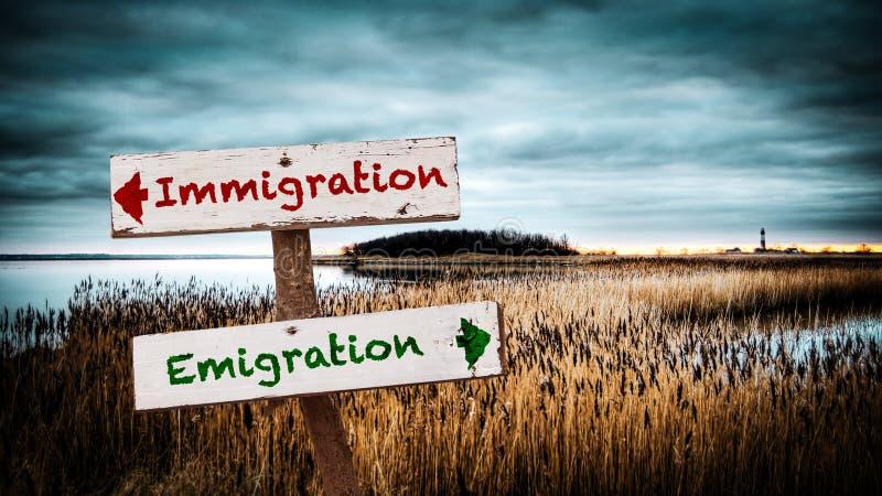 Invandring f?r emigration f?r gatatecken kontra royaltyfri bild