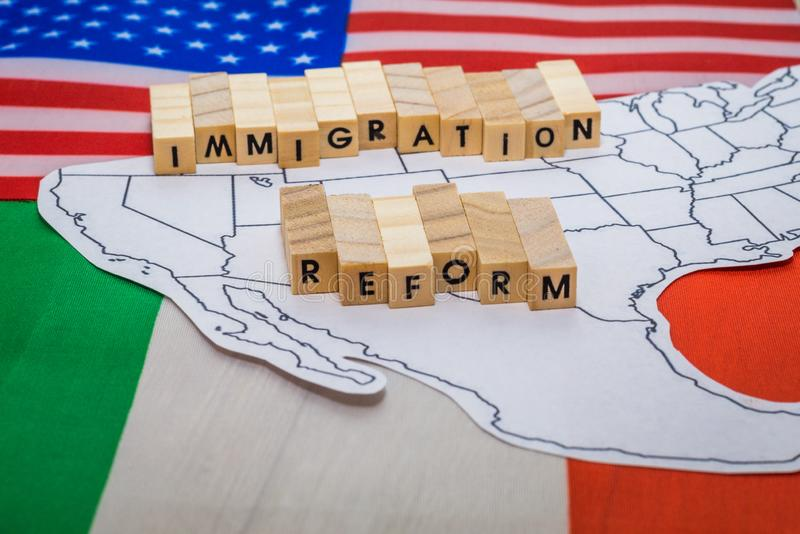 Invandringsreformbegrepp med översikten på Förenta staterna och den Mexico gränsen med flaggor royaltyfri fotografi