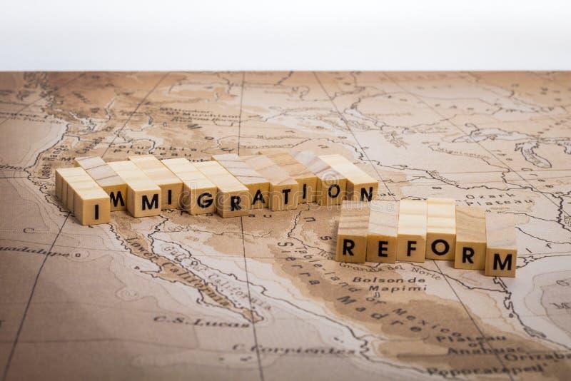 Invandringsreformbegrepp med översikten på Förenta staterna och den Mexico gränsen med flaggor arkivfoto