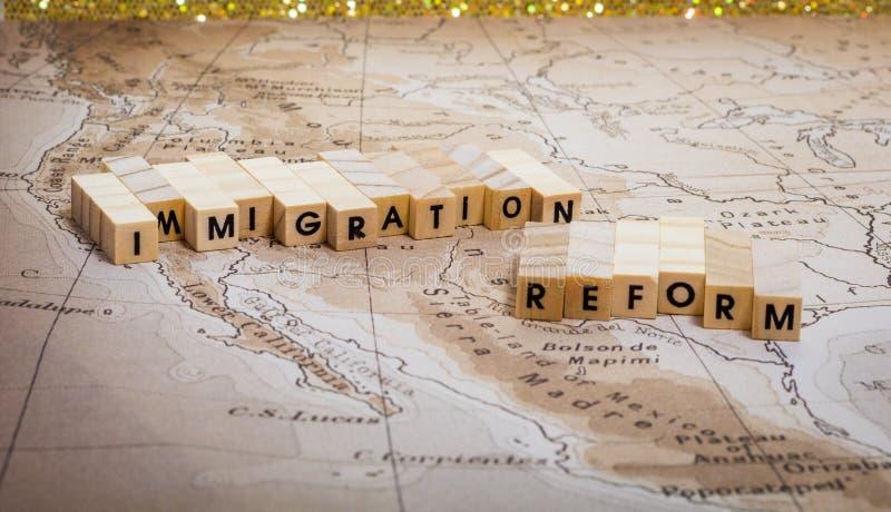 Invandringsreformbegrepp med ?versikten p? F?renta staterna och den Mexico gr?nsen med flaggor royaltyfri bild