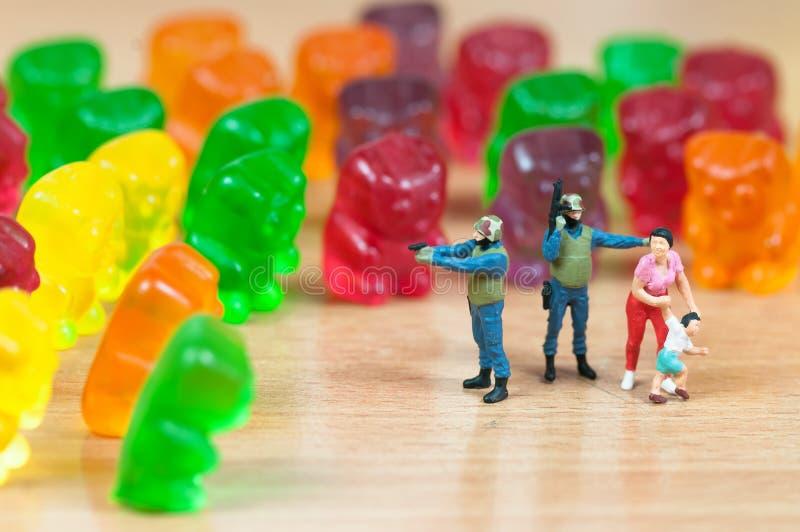 Invasione gommosa dell'orso Concetto nocivo degli alimenti industriali immagine stock libera da diritti