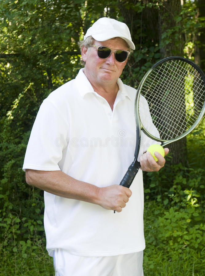 invecchi il tennis centrale dell'anziano del giocatore immagini stock