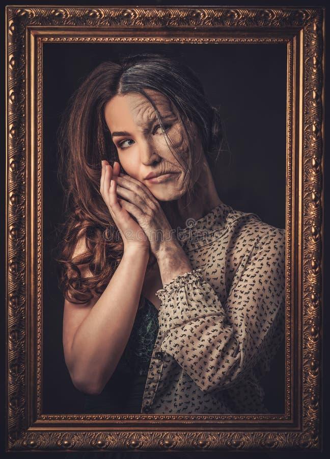 Invecchiamento, concetto di cura di pelle Mezza mezza giovane donna anziana con la cornice fotografia stock