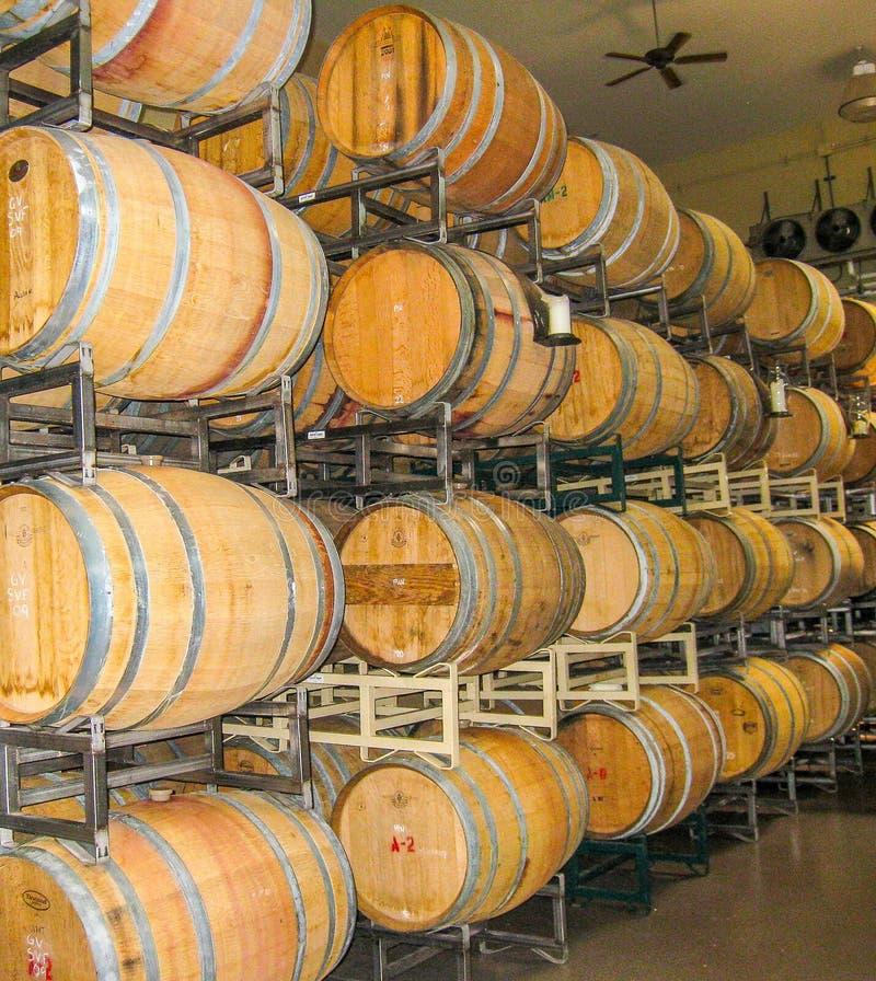 Invecchiamento del vino nei barilotti immagine stock