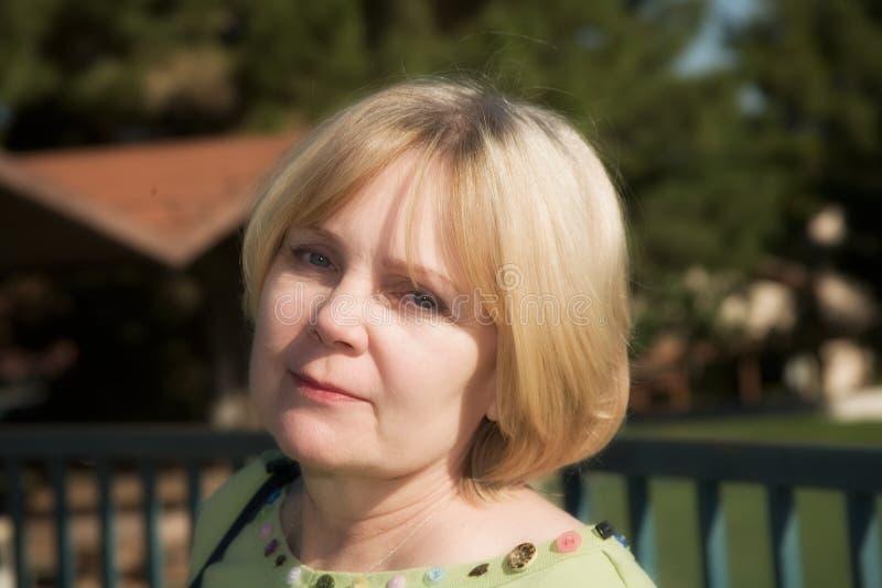 Invecchiamento maturo della donna con la tolleranza immagini stock libere da diritti