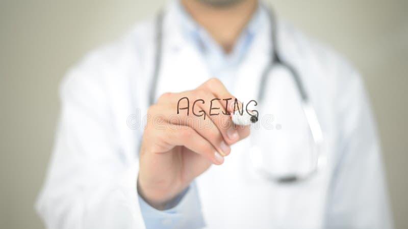 Invecchiamento, scrittura di medico sullo schermo trasparente fotografie stock