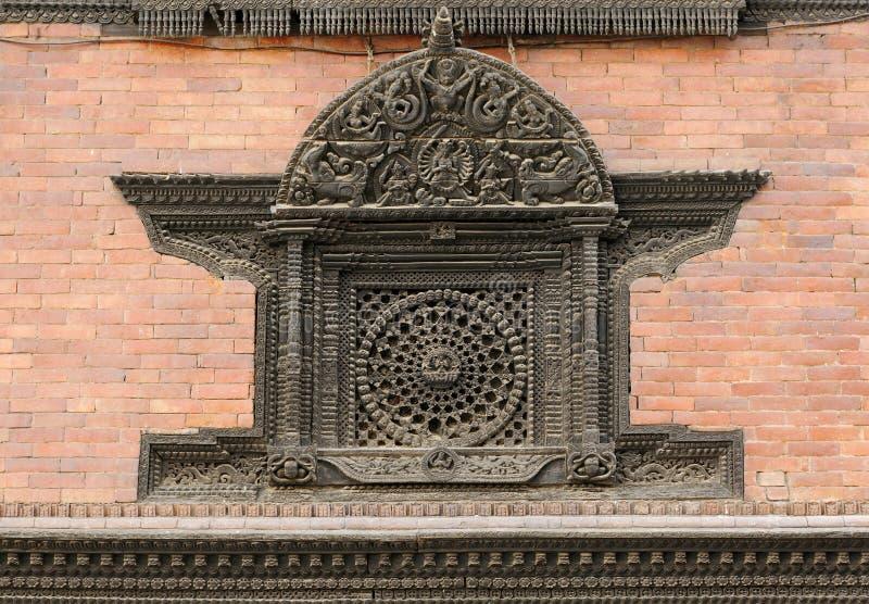 Invecklad design på den durbar ventilationen av den Hanuman dhokaen royaltyfri bild