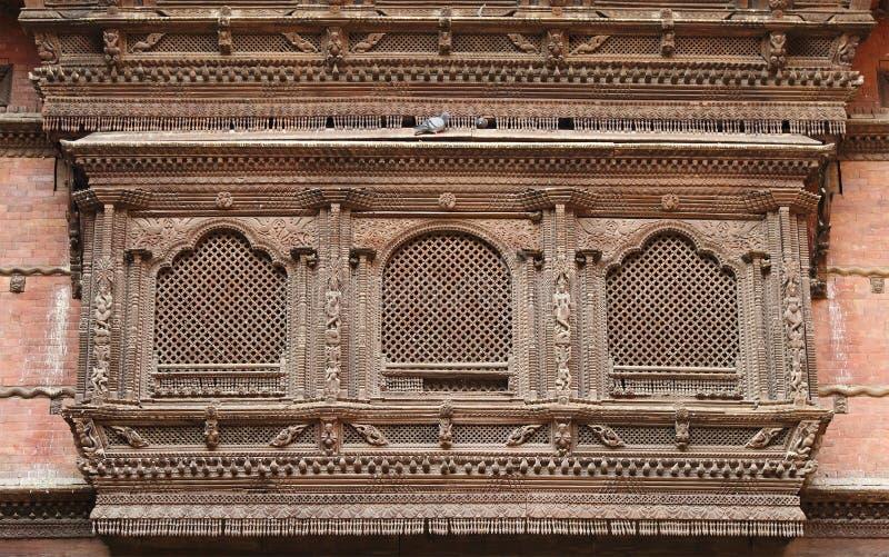 Invecklad design på forntida fönster av Hanuman Dhoka Durbar royaltyfri bild