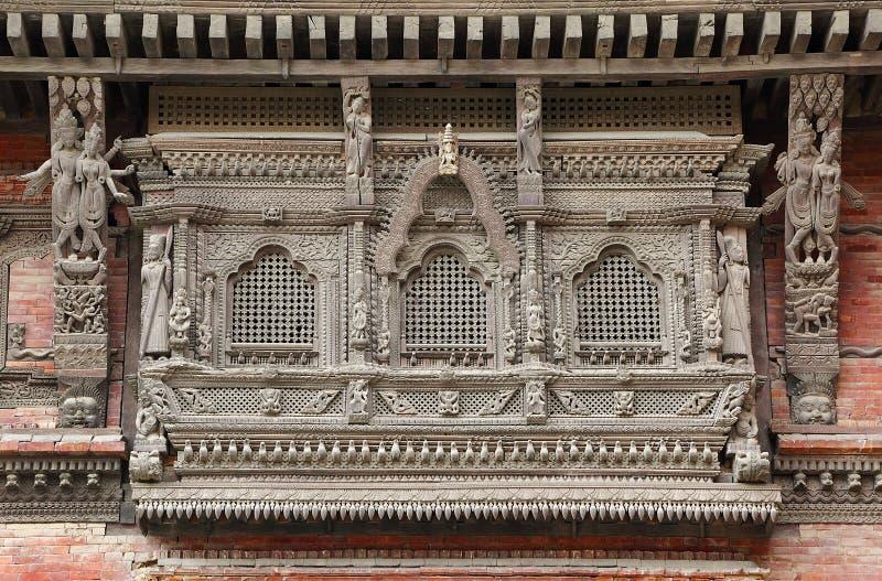 Invecklat träbegär och design på de durbar fönstren av Hanuman Dhoka royaltyfri foto