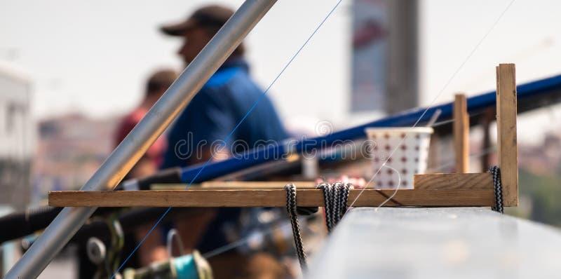 Invenção complicada e engenhoso para unir uma vara de pesca aos trilhos de uma ponte foto de stock