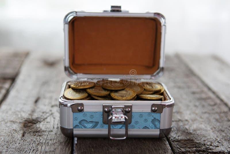 Inventa o dinheiro na caixa pequena na tabela ruble foto de stock
