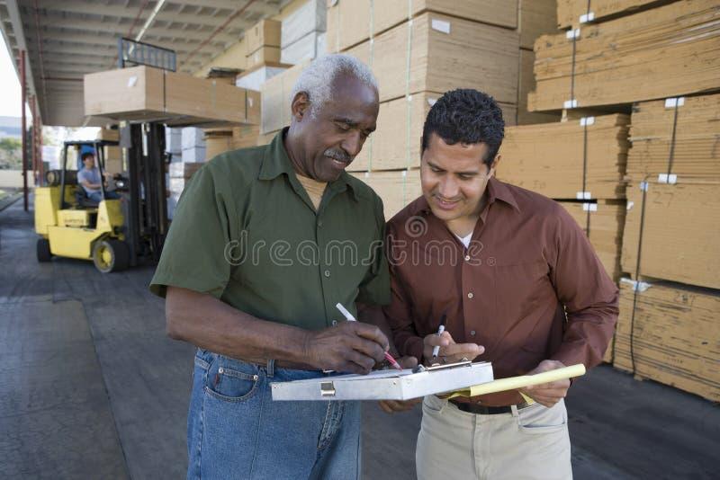 Inventario dei lavoratori nella fabbrica del legname fotografie stock libere da diritti