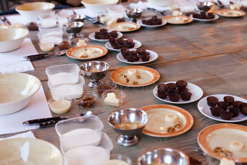 Inventario para una clase principal culinaria, los ingredientes y los utensilios para hacer los dulces hechos en casa Lugar de tr fotografía de archivo libre de regalías