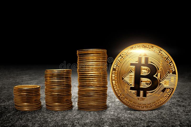 Invente la pile et le bitcoin d'or sur l'asphalte photo stock