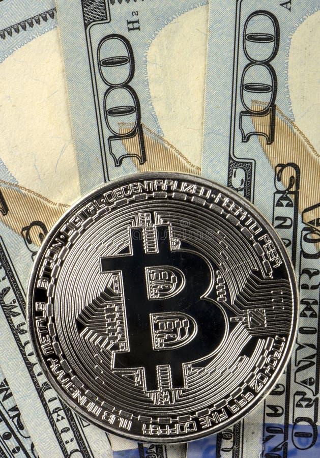 Invente le bitcoin sur un fond de 100 dollars américains de plans rapprochés photos stock