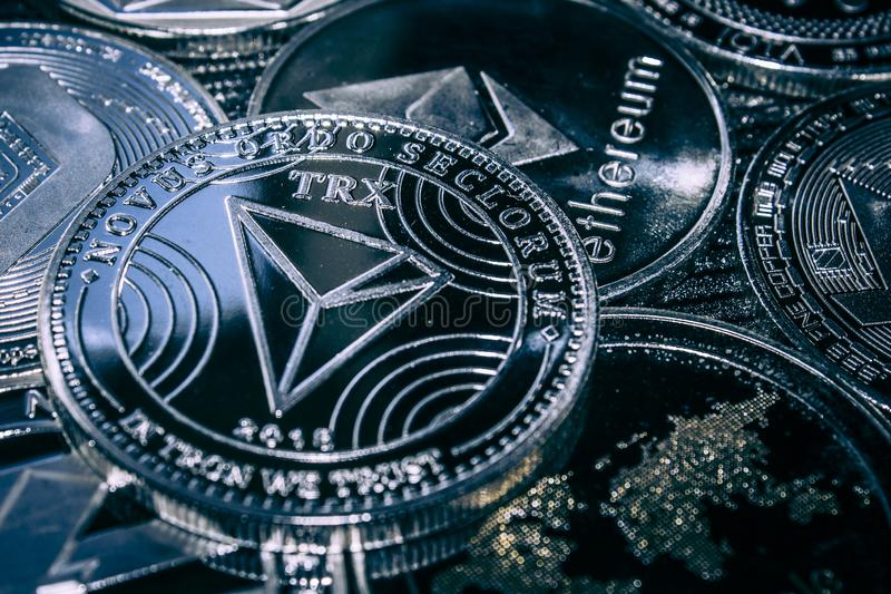Invente o cryptocurrency Tron no fundo dos altcoins principais imagens de stock