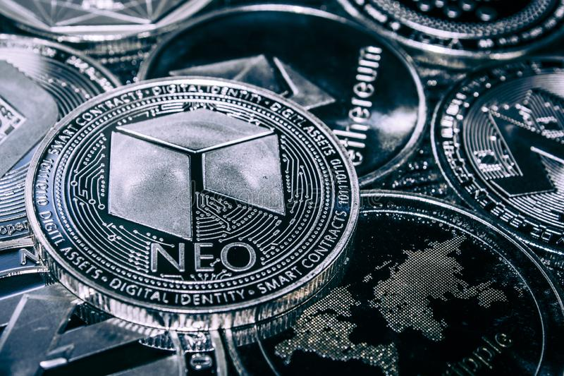 Inventez le cryptocurrency néo- sur le fond des altcoins principaux images libres de droits