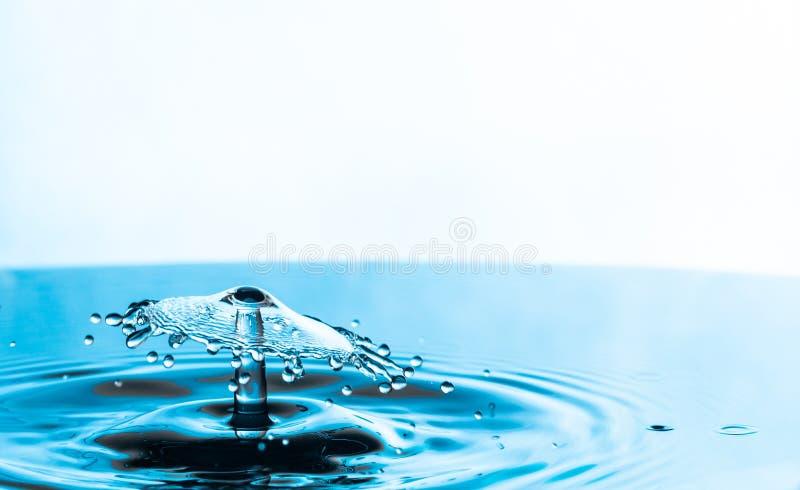 Inverkan för vattendroppfärgstänk på en vit bakgrund fotografering för bildbyråer