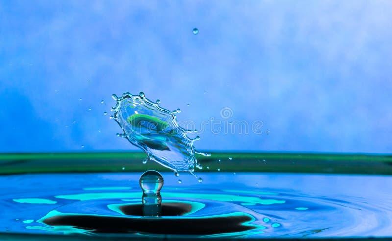 Inverkan f?r vattendroppf?rgst?nk fotografering för bildbyråer